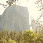 fast senkrecht fallende Granitfelswände