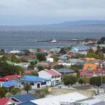 Über den farbigen Dächern von Punta Arenas