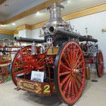 Feuerwehrwagen mit Dampfpumpe im Museum