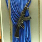die berühmte Kalaschnikov im Museum der Stadt