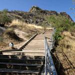 Auf den Berg kommt man nur uber diese Treppe