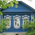 typisch verzierte Fensterrahmen