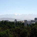 Blick auf Stadt und Berge aus dem Riesenrad