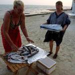 Der Fisch wird von Anne vorbereitet für den Grill
