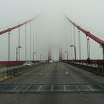Wir fahren im Nebel über die Golden Gate Bridge