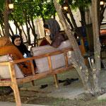 und ein gemütliches Teehaus im Garten