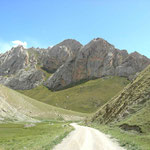 wir fahren auf Schotterstrassen durchs Gebirge