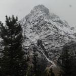 es ist kalt und die Berge sind frisch verschneit
