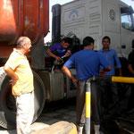 Tanken im Iran – obwohl noch etwa 20 Lkw vor mir waren bin ich als nächster dran, nachdem er seine 2 x 500 l Tanks gefüllt hat.