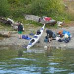 die haben ewas vor - ob das Gepäck wohl in das Kanu passt