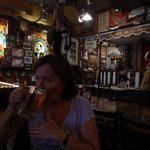 und im Saloon wird Bier getrunken