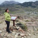 Lehrtafel über Kondore auf der Weg zum Mirador Los Condores, im Hintergrund El Chalten