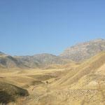 im Grenzgebiet mit Bergen und Wüste