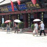 in China geht Frau mit Schirm – weisse Haut ist schön