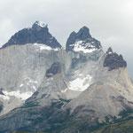 Die Cuernos del Paine (Spitze aus Vulkangestein, darunter Granit)