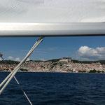 Mit der Yacht vorbei an Sibenik