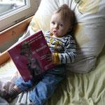 Cariad wordt iedere avond voorgelezen door oma of mama uit het boek <3