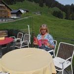 Heidi in Oostenrijk met haar boek ................