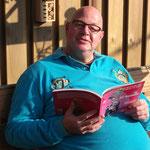Ron met zijn boek in het zonnetje