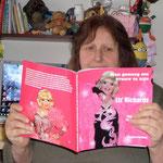Mijn lagere school klasgenootje Fina met het boek. Ze staat trouwens op de klasfoto die in het boek staat.....
