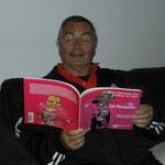 Paul Paridean neemt zijn boek mee naar Australië (fijne lectuur voor in het vliegtuig )
