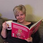 Tania met haar boek en de beroemde Liz' koffie/thee mok