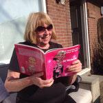 Rita, mijn kapster uit Amsterdamse vervlogen tijden met haar boek.