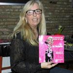 Conny met haar boek tijdens de presentatie
