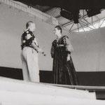 Rainer Sinell (verantwortlich für Kostüm und Bühne) mit Lisa Adler (Königin Margarete)
