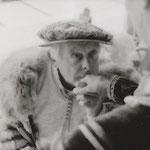 Herzog Johann (Arno Bergler) kniet vor Königin Margarete