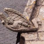 Eine der vielen verwitterten Figuren an einer Kirche