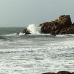 Die Wellen donnerten auch bei ruhigem Wetter an Felsen und Strand