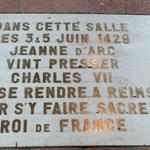 Hier hat Jeanne d'Arc Charles VII dazu gebracht, nach Reims zu gehen, um dort  Anspruch auf die Krone zu erheben.