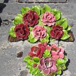 Porzellanblumen auf einem Grab