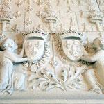 Bourbonen-Lilien bedecken den Kamin