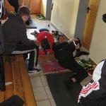 Gymnastik im Hausflur
