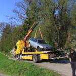 Schrott-Audi wird auf das kleine Fahrzeug gelegt ÜBUNG
