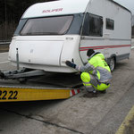 Verladen des defekten Wohnwagens