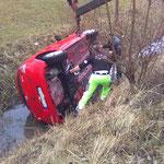Fahrzeug in den Bach gekugelt