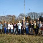 Naturkunde AG der Lise-Meitner Schule beim Bau einer Benjes-Hecke (6.3.2013)
