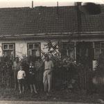 Родина Климишинів біля свого будинку