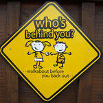 Schild in Murchison weist auf die Benutzung des Rückspiegels hin