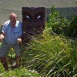 furchteinflößender Krieger mit ausgestreckter Zunge am Sudima-Hotel in Rotorua, daneben ich