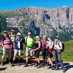 Hagen-Alpin-Tours Wandertrüppchen vor dem Schlern-Massiv