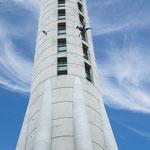 am Fernsehturm in Auckland stürzt sich gerade ein Bungeespringer runter