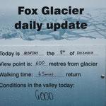 Wettertafel am Fox-Gletscher, man beachte die Regentropfen und die Vorhersage