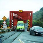 einspurige Brücke mit Schienen