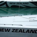 Boliden vom Americas Cup im Hafen von Auckland