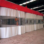 la construcción de la cortina divisoria con ventana