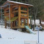 La même cabane sous la neige.